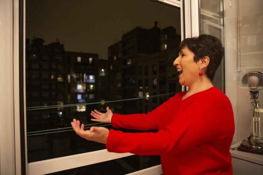 soprano-begona-alberdi-canta-desde-balcon-casa-1584560564048